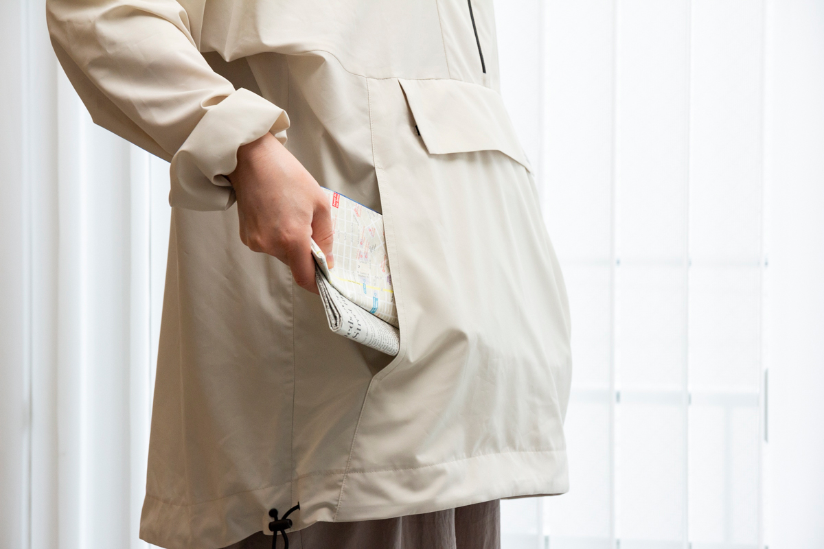 トンネル型ポケット|日中はサコッシュ、肌寒い朝晩はアウターに!水滴が滑り落ちる高撥水素材の「バッグ一体型パーカー」| SANYO ENJIN