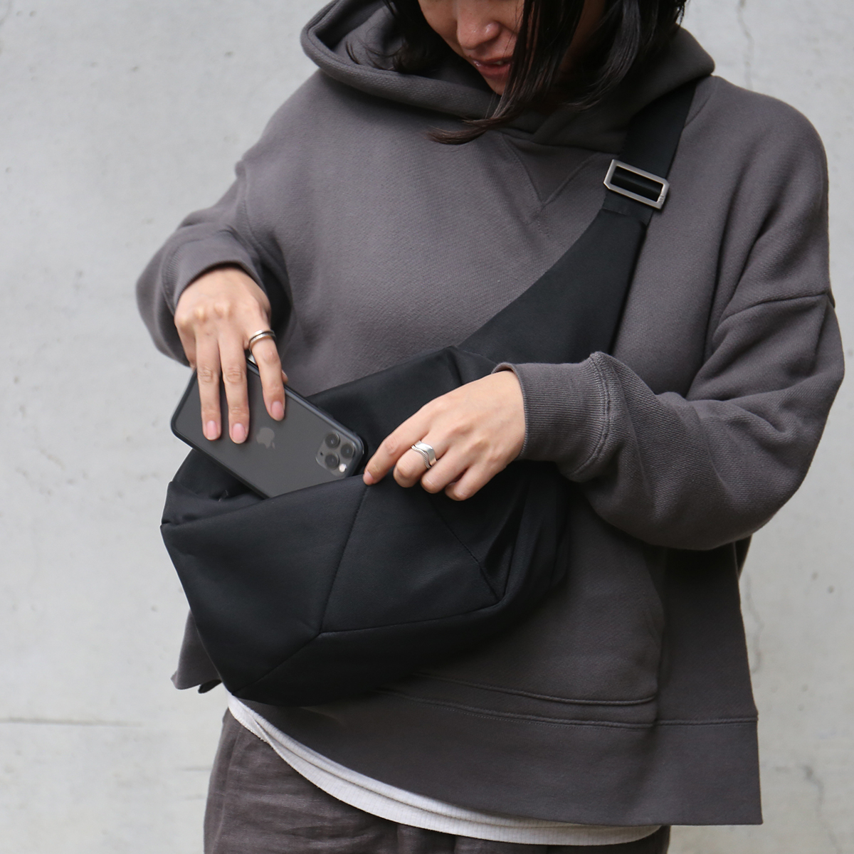 美しいデザインは、国立ミラノ工科大学での指導経験もある、ヴェネツィア出身のプロダクトデザイナー、ジョイア・ジョヴァンネッラ氏によるもの。「石」から発想したミニマルデザイン、タブレットと上着を入れても型崩れしない「ボディバッグ」|STONE SLING(ストーン スリング)