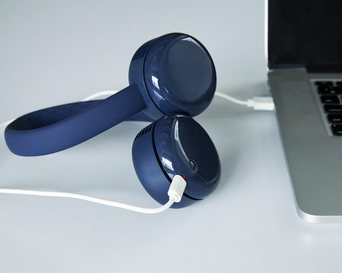 充電は、付属のUSB Type-Cケーブルで。出勤後や帰宅後、パソコンやモバイルバッテリーにつないで充電できます。「羽根なし扇風機」|FLEX