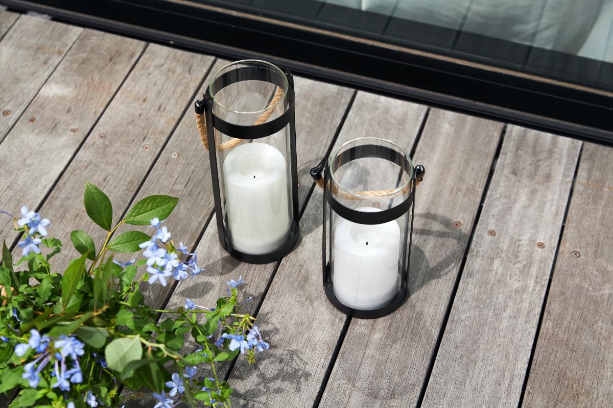 昼、直射日光が当る場所に置くと、白いキャンドルライト部分に内蔵した、ソーラーパネルで充電|暗くなったら自動で点灯、ソーラー充電式の「LEDガラスランタン」|Notte(ノッテ)