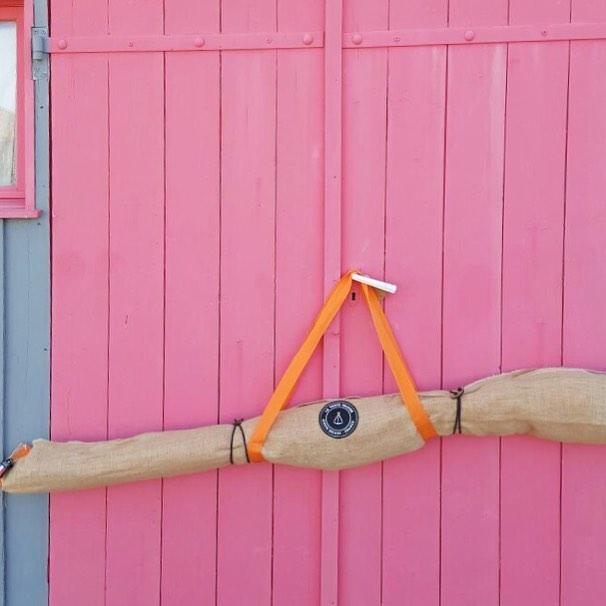 テントを収納する時も、あっという間。ポールと木材、帆布のシェードを外して、麻の収納袋にポンポン入れていくだけ。真鍮ピンは、付属の小袋に。「帆布テント」|LA TENTE ISLAISE(ラ・タント・イレーズ)