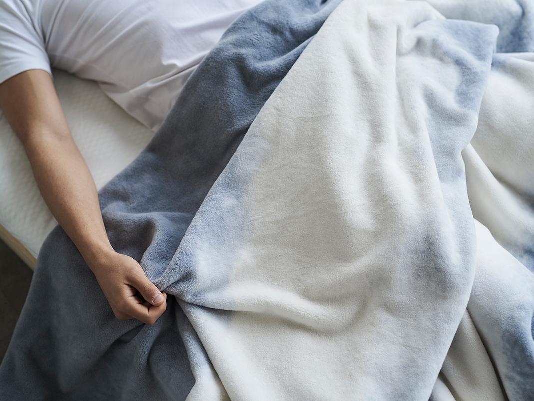 目にやさしい、青みがかった海や森に、流れ込む光を表現。寝室の空間をセンスよくお洒落でスタイリッシュにしてくれる。肌触りと寝心地の良さで夏も冬も気持ちいい!ニューマイヤー織の綿毛布|FLOOD OF LIGHT(フルード オブ ライト、光の洪水)|LOOM&SPOOL