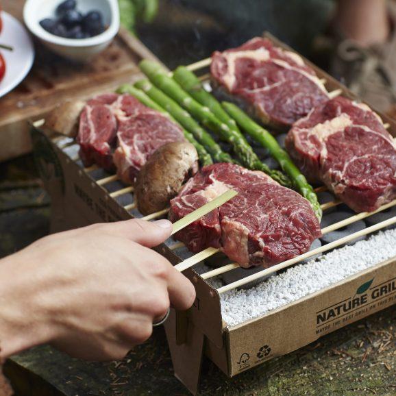 肉の脂が垂れても、炎が燃え上がりにくい構造(特許出願中)肉も野菜も「外はパリッ、中はふっくら」の食感に。だから、炭火焼きはおいしい!|ベランダや卓上で焼ける、全て天然素材でできたコンパクトなインスタントグリル。CASUS社のCraft Grill(クラフトグリル)