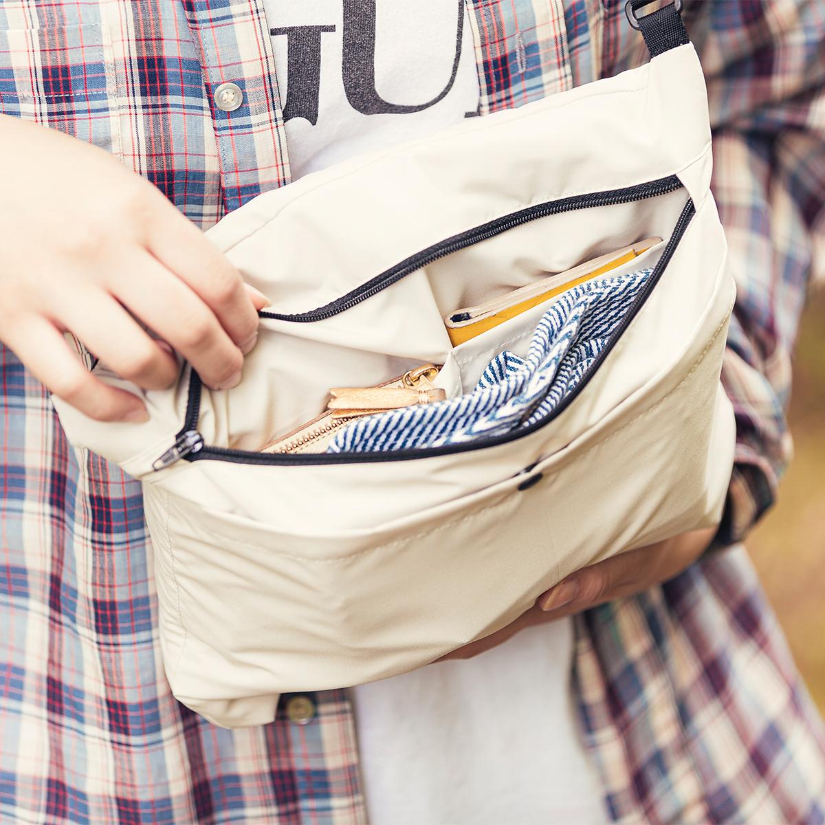 サコッシュに入れた荷物は、入れ替えせずにそのままパーカーへと簡単スイッチができる「バッグ一体型パーカー」| SANYO ENJIN