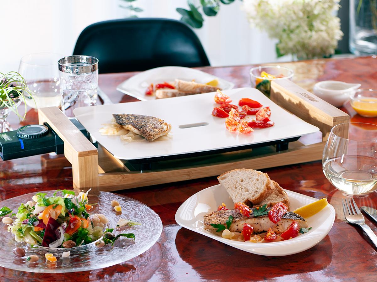 ヘルシー思考の方へのプレゼントとしてもおすすめ、美しい食器のようなホットプレートの「Table Grill Pure(テーブルグリルピュア)」。調理器具のプレゼント選びに困った時のおすすめ5選