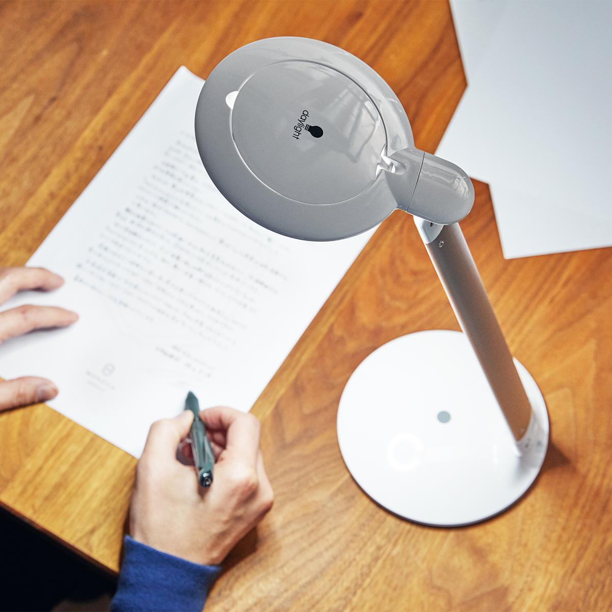 読書や勉強が一番はかどりやすい、正午の太陽光(自然光)に近づけた灯り。集中したい時には、集中できる色温度の明かりがどこでも手軽に持ち運びできる。手元を大きく・明るく照らすルーペ付き太陽光LEDの「デスクライト」|daylight - Halo Go