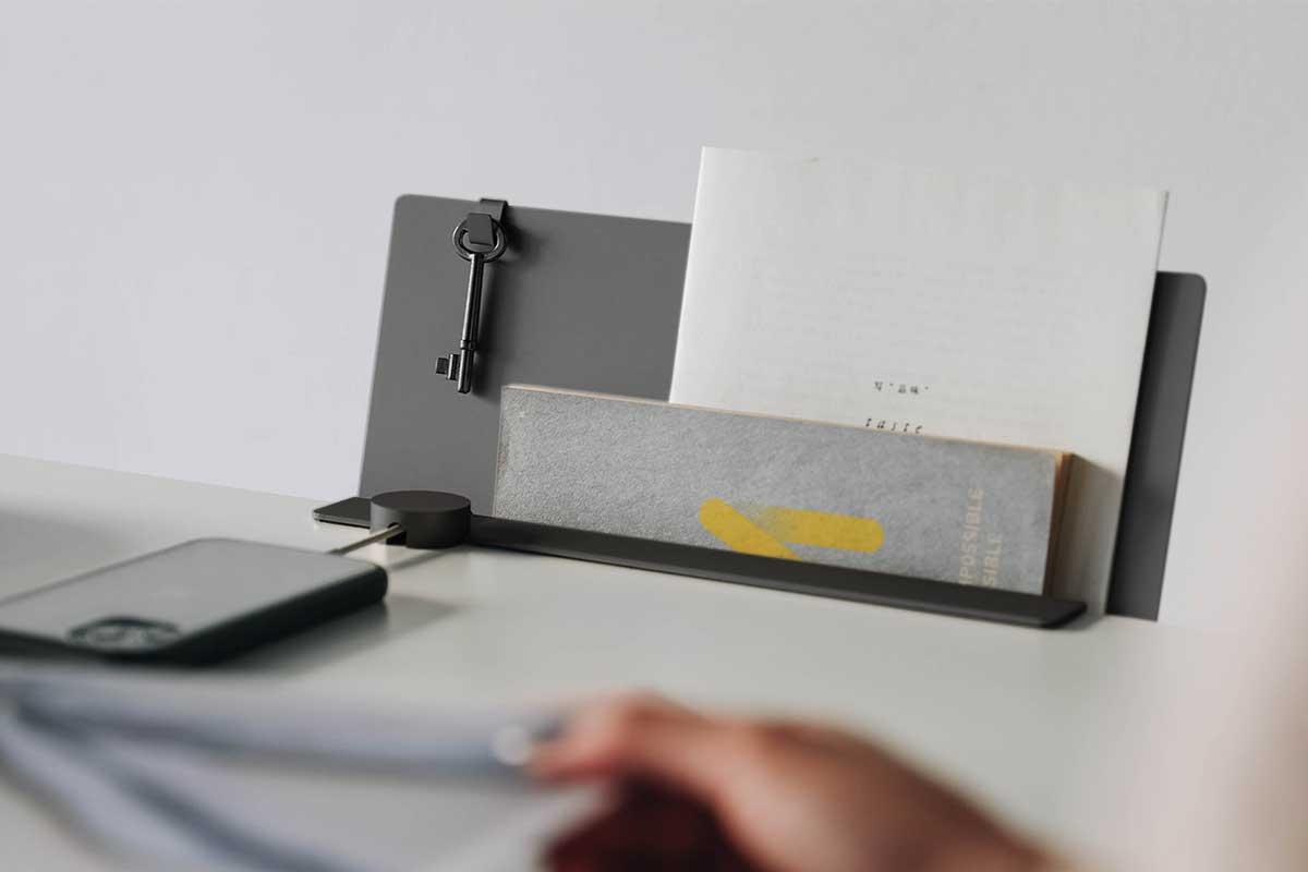 デスクの書類を瞬時に片づけ、途中のタスクをすぐ再開できる「貼るデスクラック」|ZENLET The Rack(ゼンレット ザ ラック)