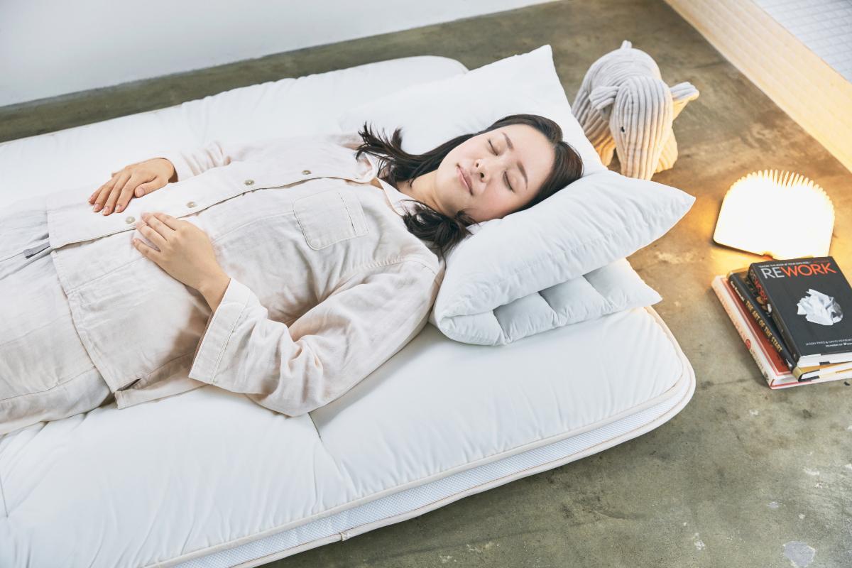 大げさでなく、雲の上に寝ているような、ラクな寝心地です|整形外科医銅冶英雄(どうや・ひでお)先生が考案した、硬柔2層構造が、体のカーブを正しくキープしてくれる折りたたみ型の腰痛対策マットレス・ベッドパット|ドウヤメソッド