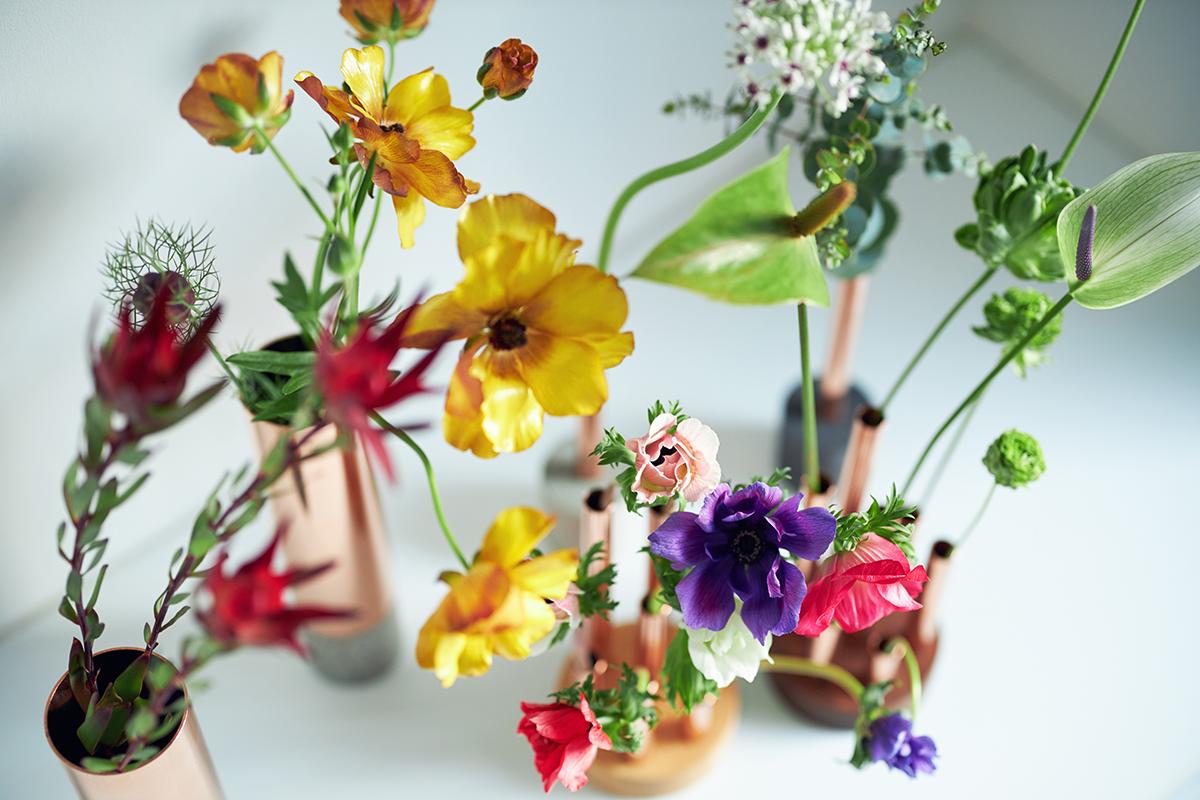 植物への真っ直ぐな愛がなければ生まれないデザイン。「植物のある生活」をもっと深めたいなら、『BULBOUS』の3ステップを楽しんでください。無造作に挿すだけで「絵」になる、銅管の一輪挿し・花瓶・フラワーベース|BULBOUS