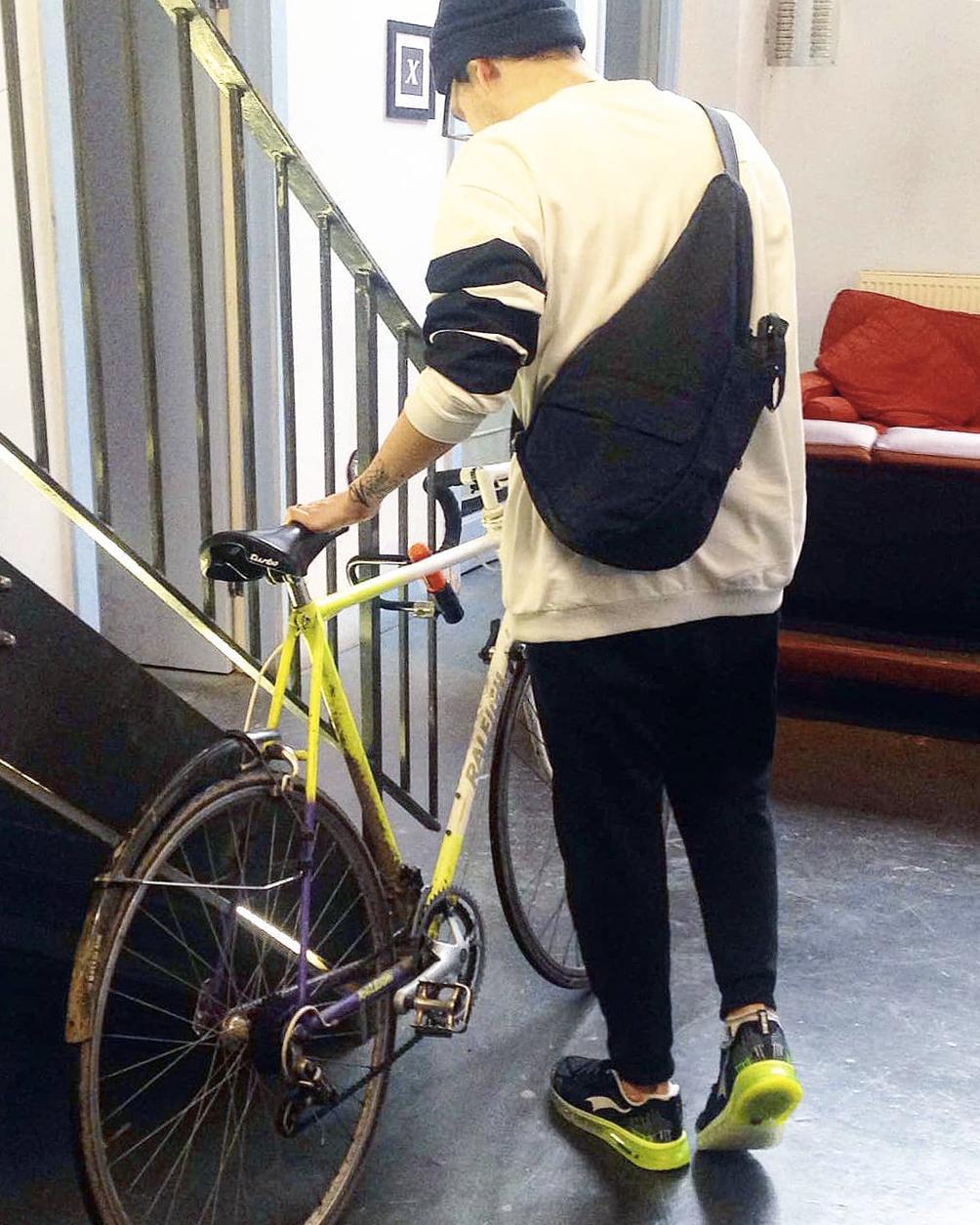 滑りにくいストラップ|人間工学による「しずく型」で、荷物も体も軽くなるボディバッグ|Healthy Back Bag