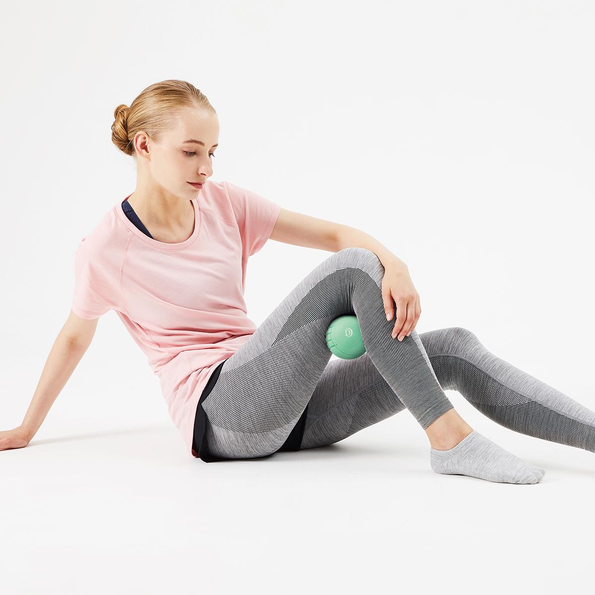 指では届きにくい深さまで、ボールをグーッと押さえつけながら、身体を動かすことで、筋膜の癒着が剥がれ、筋肉本来の動きへ。 Dr.Air 3Dコンディショニングボール