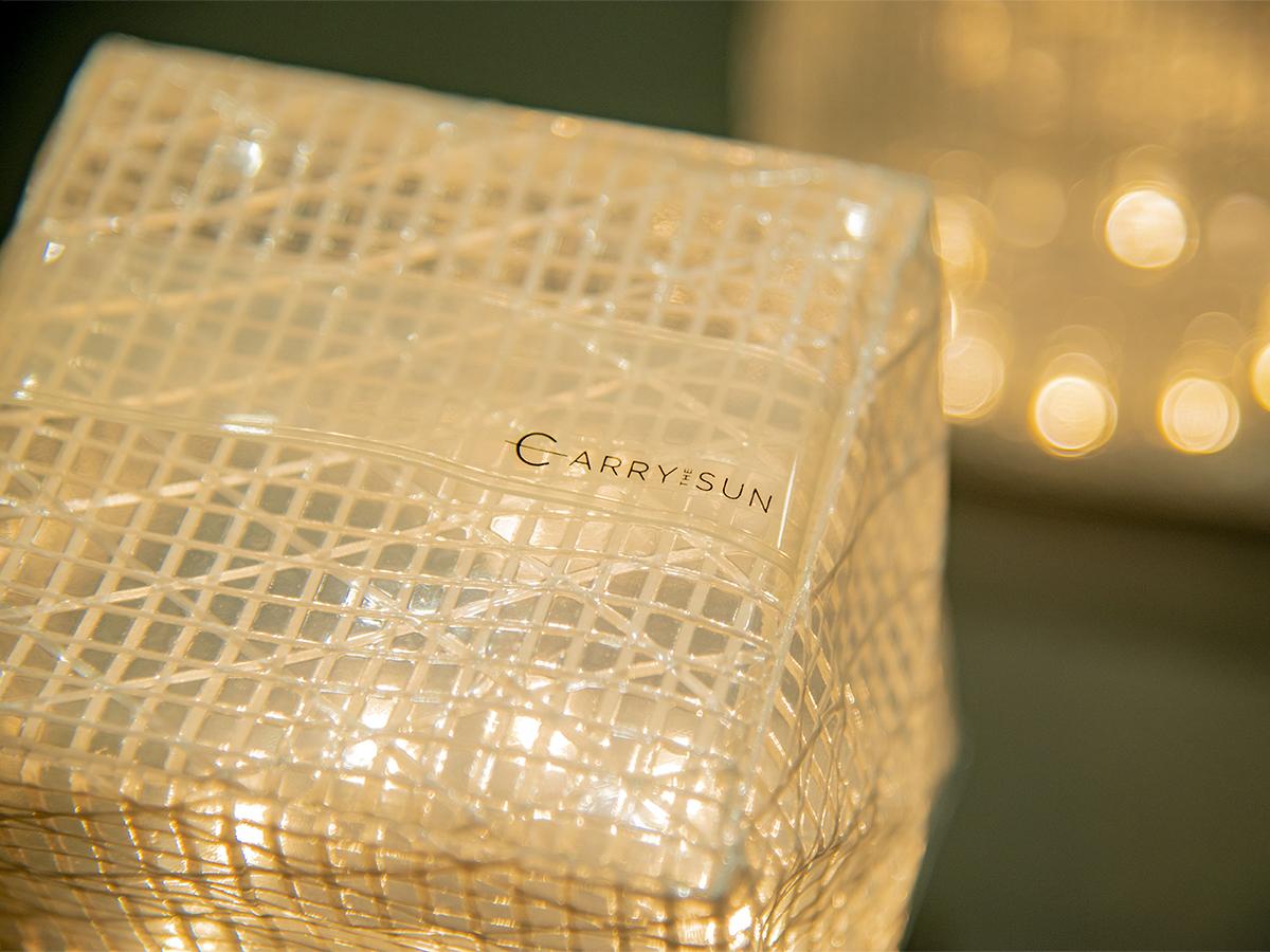 テーブルライトやガーデンライトにもぴったりです。薄さ1.2cmに畳める超軽量ソーラー充電式ライト(ランタン)で、いつも太陽の光がそばに|carry the sun
