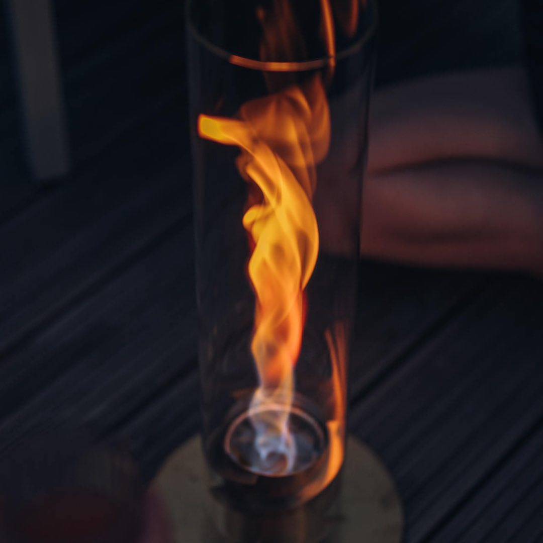 火を点けて、ガラスカバーを被せた瞬間に炎が上昇する高揚感|風を取り込んで炎が5倍になる卓上焚き火、ニオイ・煙・燃えカスが出にくい専用バイオエタノール燃料つきランタン|Höfats(フォーファッツ)