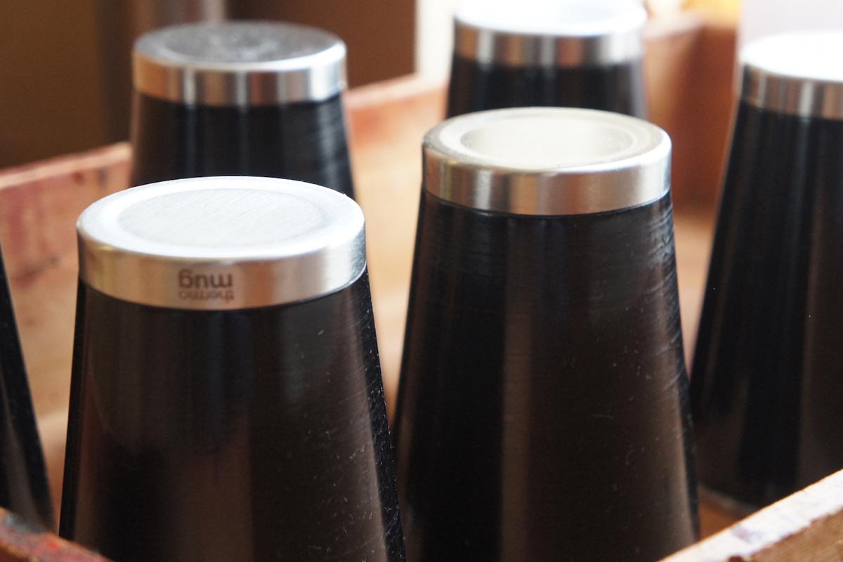 1本につき8〜11日間もの時間をかけて仕上げている、漆の真空二重構造のステンレスボトル(タンブラー)