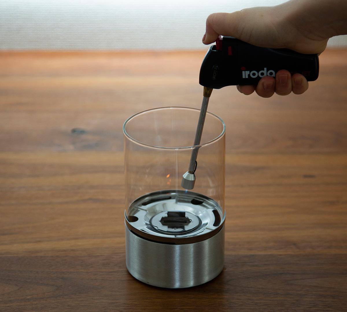 使い方③|おうちのテーブルで焚き火。煙が出ない、倒しても安心の専用燃料付きの「オイルランプ」|TENDER FLAME(テンダーフレーム)