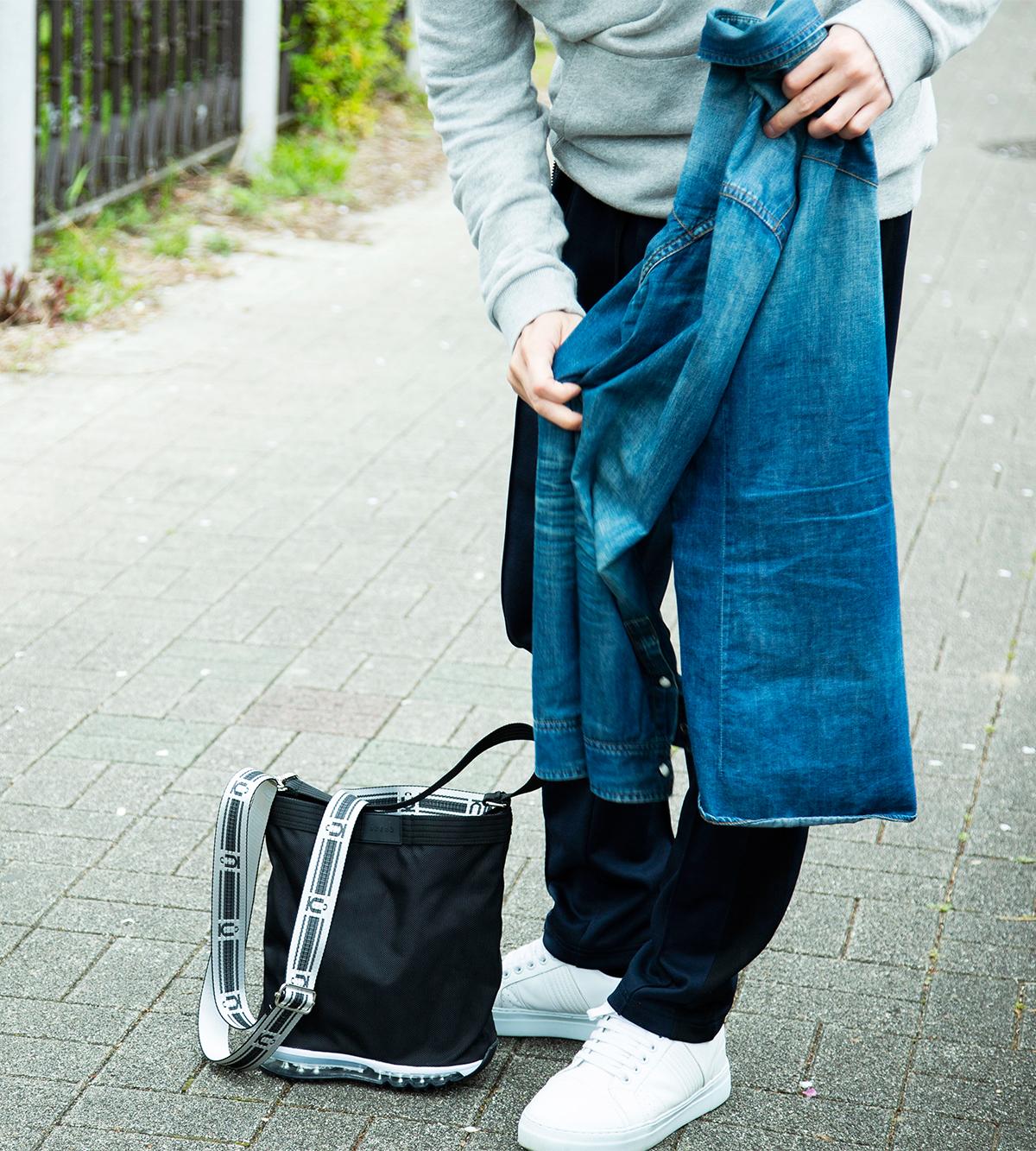 地面にバッグが立つデザインだから、道中でちょっと上着を脱ぎたくなった時にも便利な「遊びトート」| OKERU MONOCO限定