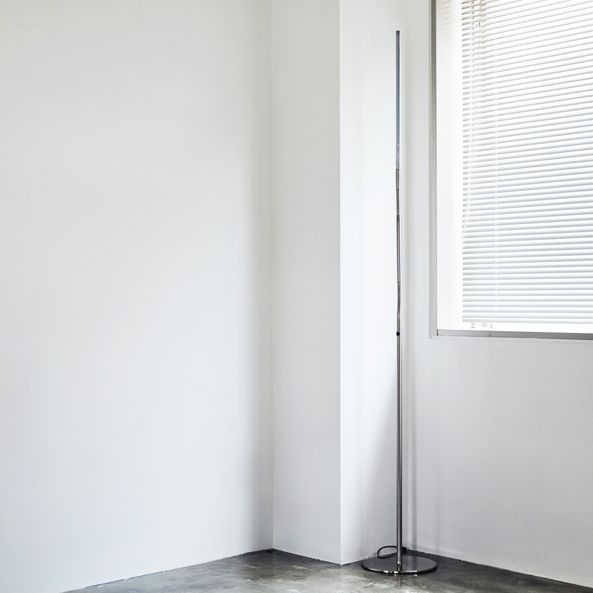 垂直に伸びる一本線のデザインは、窓枠・柱・扉・家具など、おうちのインテリアの縦ラインにスッと馴染んで、スペースを圧迫しません。使わない時は気配を主張せず、影の存在に。フロアライト|Daylight - Slimline3