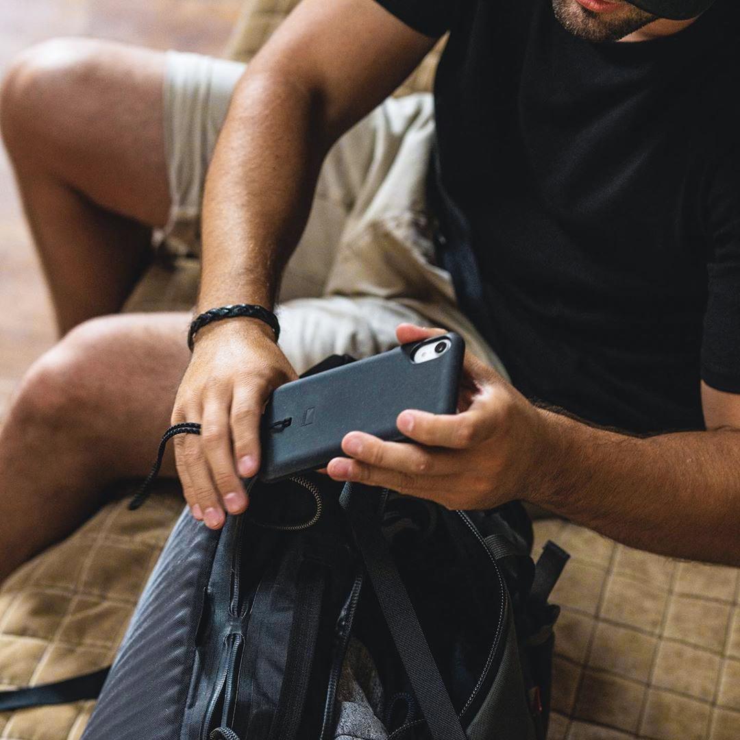 レジャーやアウトドアに最適。−17.78℃〜48.89℃(0〜20℉)の外気温度からiPhoneのバッテリーを保護し、バッテリーの最適な稼働温度を保つことができるスマホケース・カバー|LANDER MOAB CASE(ランダー)
