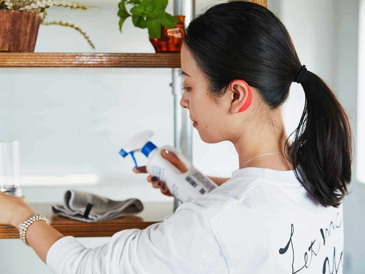 目が疲れて、首や肩がゴリゴリしたら。仕事や家事をしながら、気軽に使える|ネオジム磁石で耳裏のツボを刺激。EARHOOK(イヤーフック)