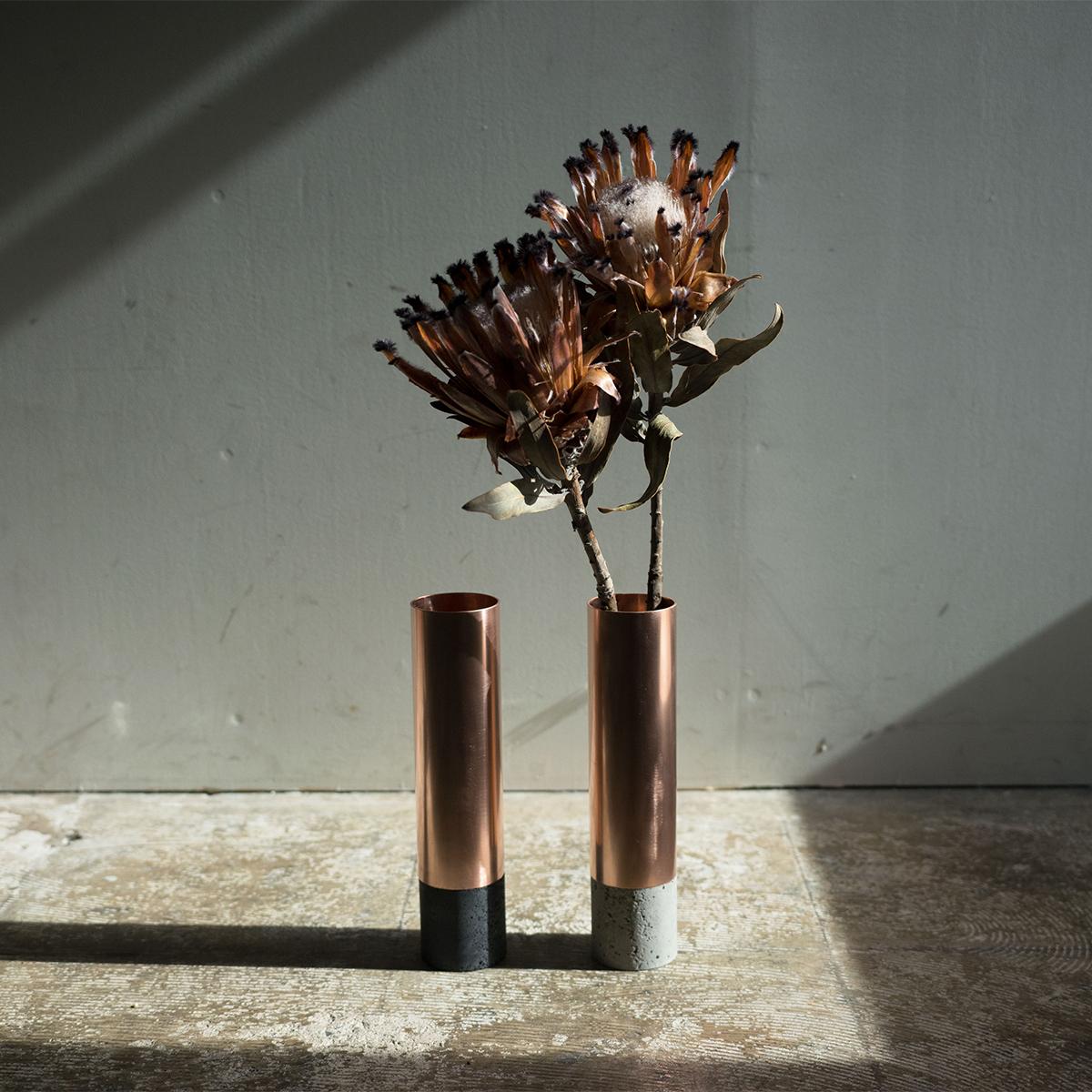 カフェ経営者をはじめとするビギナーたちの声をきっかけに、誰もが気軽に植物のある生活をはじめられるよう生まれた。無造作に挿すだけで「絵」になる、銅管の一輪挿し・花瓶・フラワーベース|BULBOUS