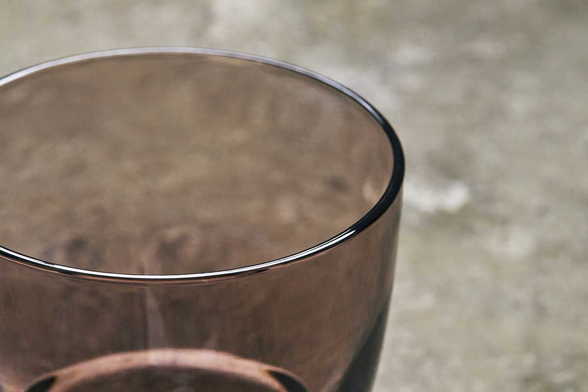 幾度も手作業で磨きをかけて仕上げ、うるっとした艶を出しているのです。ずっと割れない保証付き、落としても割れない「樹脂製グラス」|双円(そうえん)