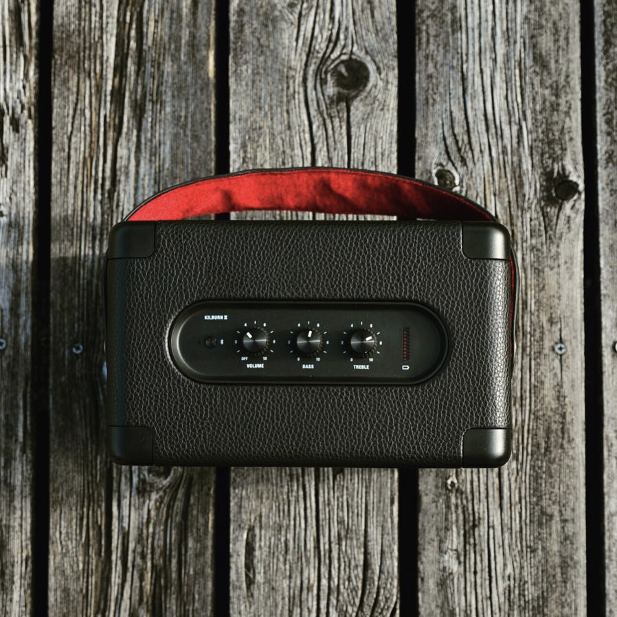 バッテリーインジケーターつき。約20時間もの長時間音楽再生ができる。どこでも音楽を楽しめるワイヤレススピーカー|Marshall Kilburn Ⅱ