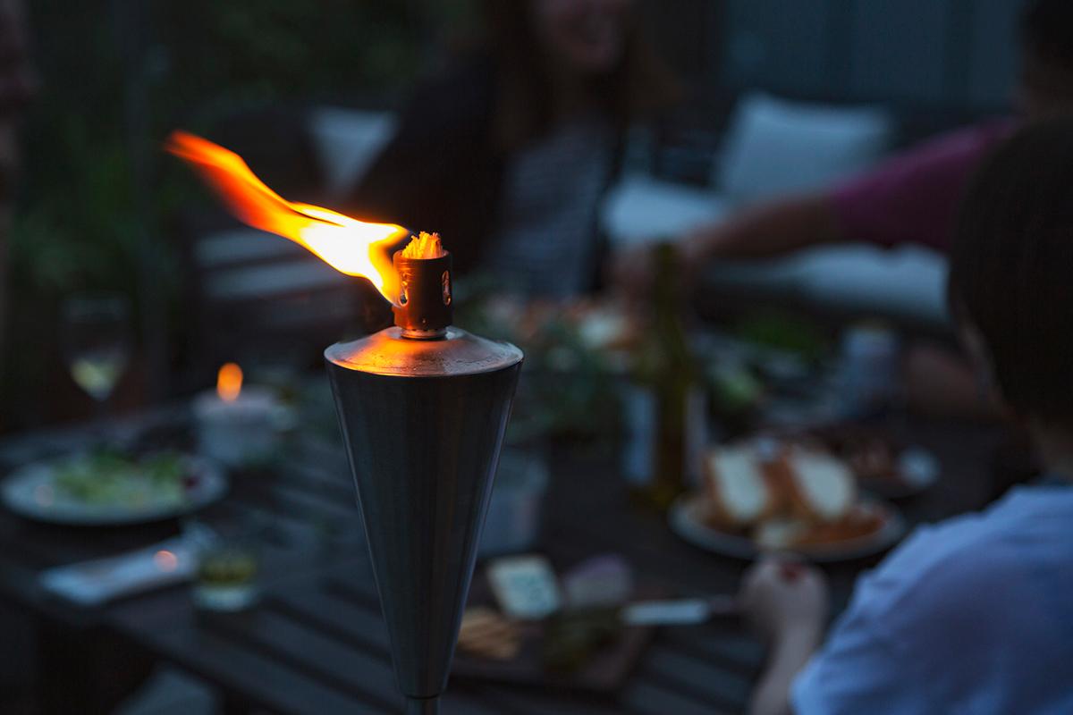 ゆらぎの炎でムードづくり。憧れだった屋外演出が、おうちのベランダで手軽にできる「オイルトーチ」| エープラス