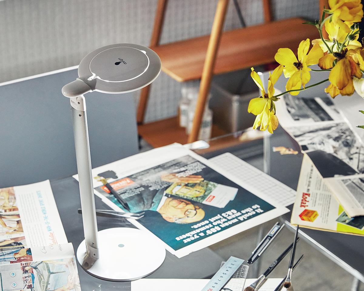 写真左は電球色のLEDを照らしたイメージ、写真右は「Halo Go」を照らしたイメージ 。写真や絵柄本来の色をはっきりと識別でき、勉強や仕事、作業に集中できる光。コードレスで使えて、隙間に収納できる!手元を大きく・明るく照らすルーペ付き太陽光LEDの「デスクライト」|daylight - Halo Go