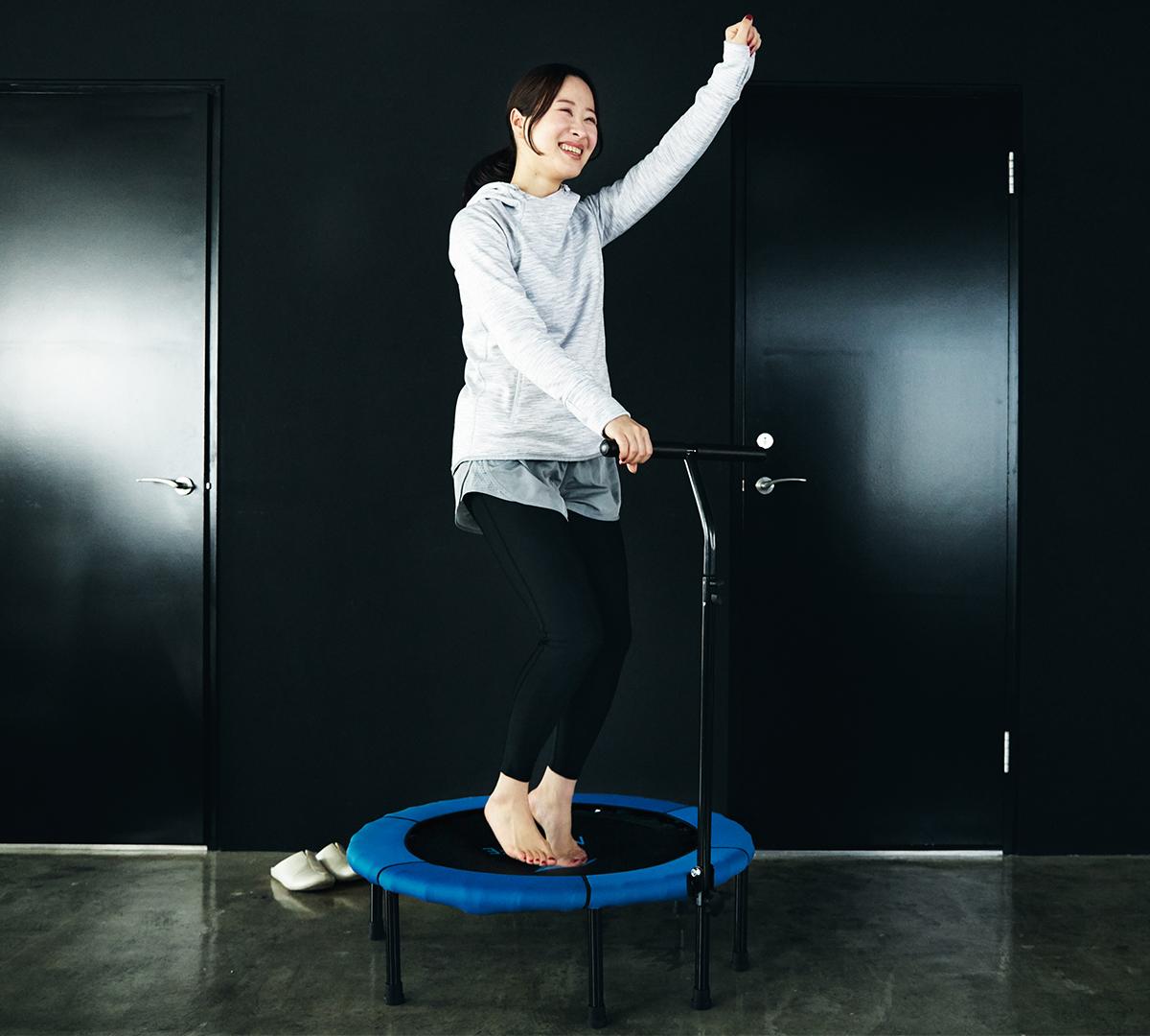 「ゴールドジム」トレーナー、浜中健次さんが監修した、基本ジャンプ4種の解説つき。ハンドルつきで安心、家で楽しくダンス感覚のトレーニングができる「トランポリン」|ハンドルつきホームジャンピング