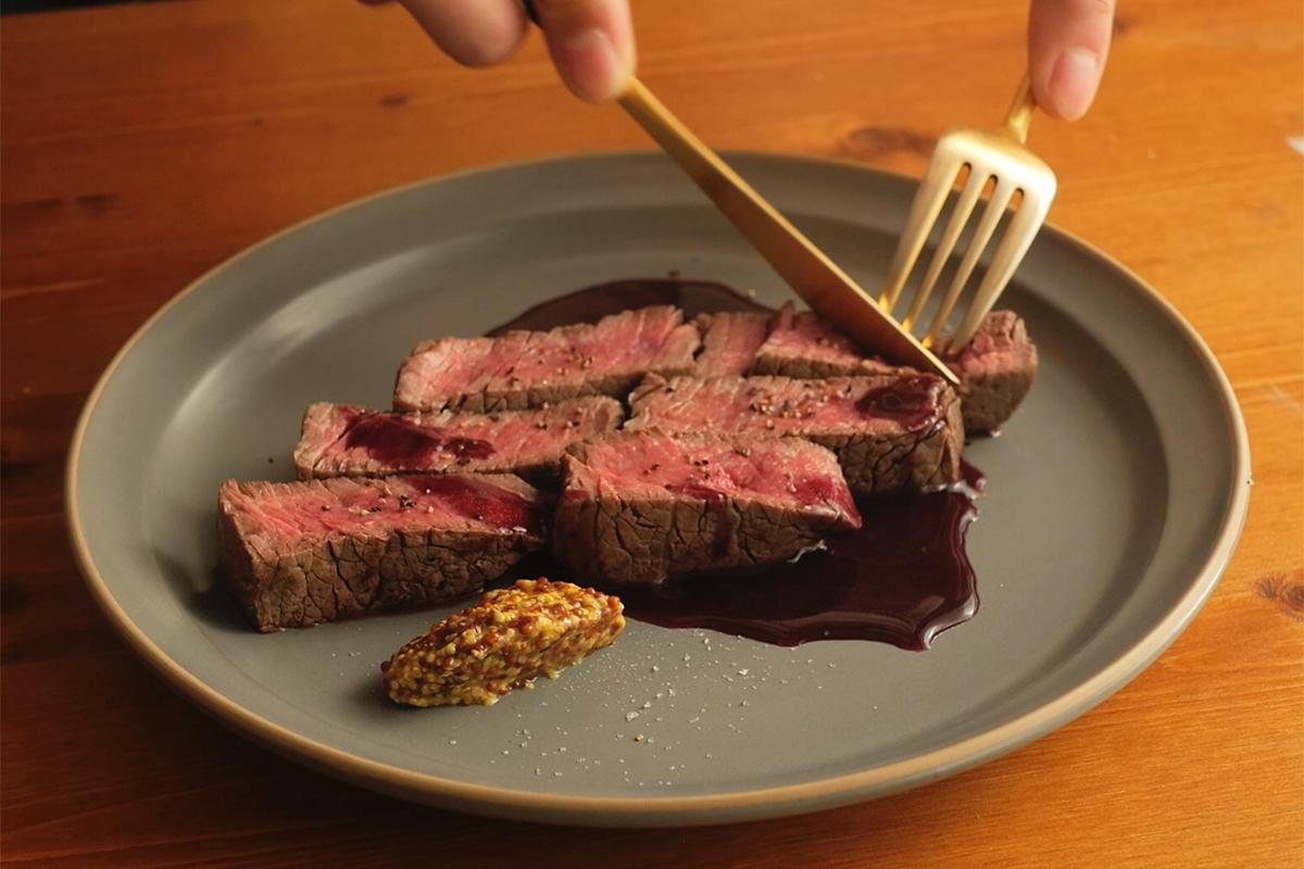 香ばしい風味がいい調味料となってくれるから、おもてなし料理にピッタリのステーキ・ローストビーフなどの肉料理。どんな食材にも燻製との相性を見つけ出せる楽しさ。誰でも手軽にできて、感動的に変化する「燻製器」IBSIST(イブシスト)