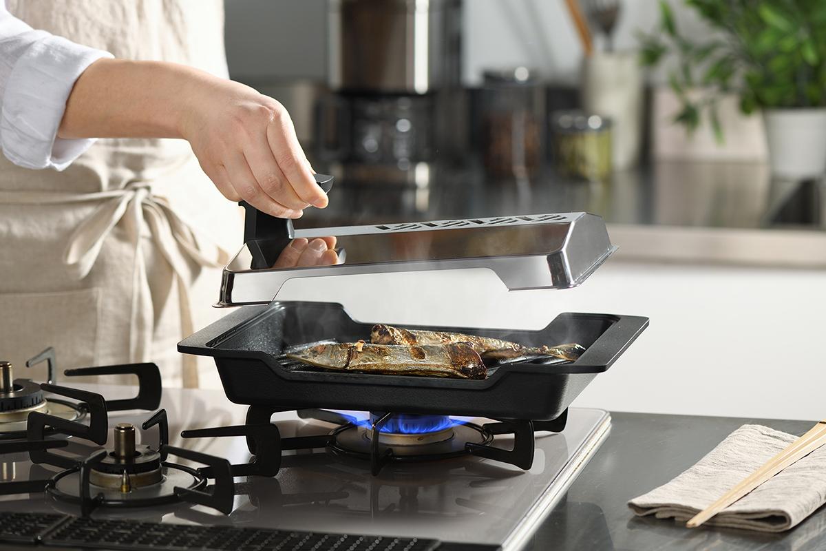 コンロで手軽に焼くだけで、いつもの焼き魚が、驚くほど旨い魚焼きグリル|極厚炭グリルでパリッ、ふわっ、旨っ!コンロで手軽な「魚焼き器」|新潟・燕三条のオークス製の大人の焼魚 炭グリル