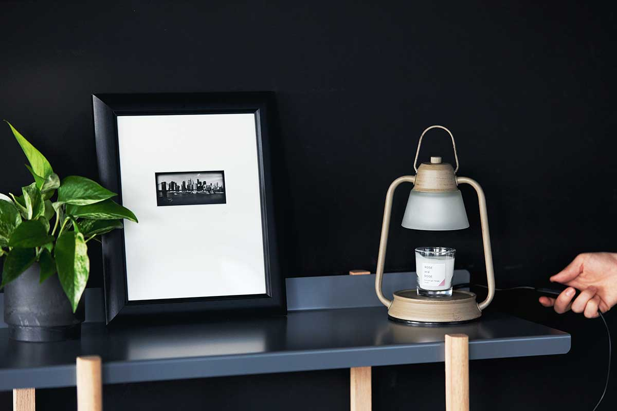 テーブルの脇に置いても邪魔にならないモダンなデザイン。火を使わずにアロマキャンドルを灯せて、明かりと香りも楽しめる卓上ライト「キャンドルウォーマーランプ」 kameyama candle house
