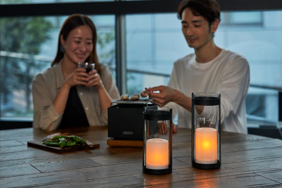 室内の照明は、明るさを少し落としたり、蛍光灯から白熱灯に切り替えながら、食卓やリビングに|暗くなったら自動で点灯、ソーラー充電式の「LEDガラスランタン」|Notte(ノッテ)