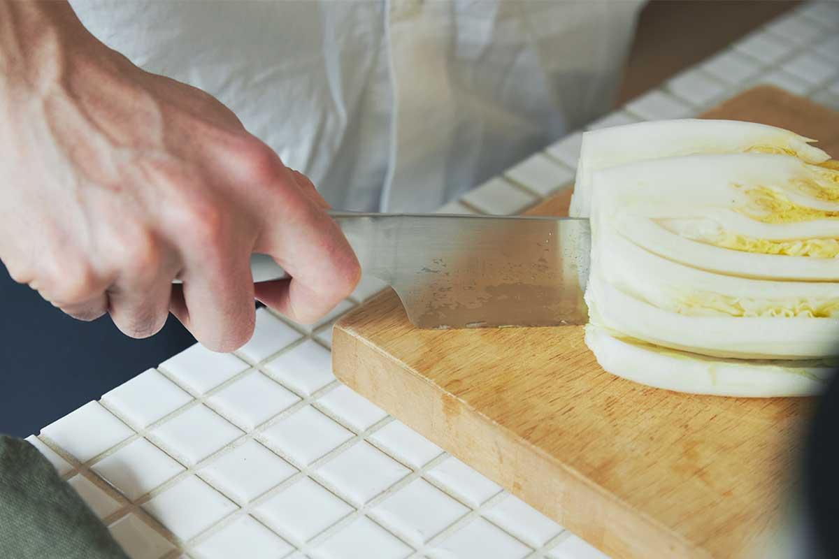 どんな手にも馴染むよう人間工学に基づいたカタチを追求しました。極薄刃でストレスフリーな切れ味、野菜・肉・魚に幅広く使える「包丁・ナイフ」|hast(ハスト)