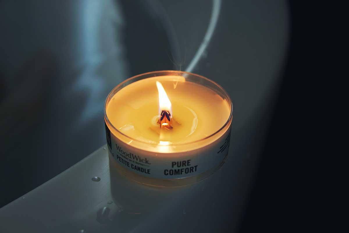 ふんわりと広がる穏やかな香りは、天然オイルを何層にも繊細に重ねて調香。小さな焚き火を眺めているような気分に。天然木の芯が燃える音がなんとも心地いい、『WoodWick(ウッドウィック)』のプチキャンドル