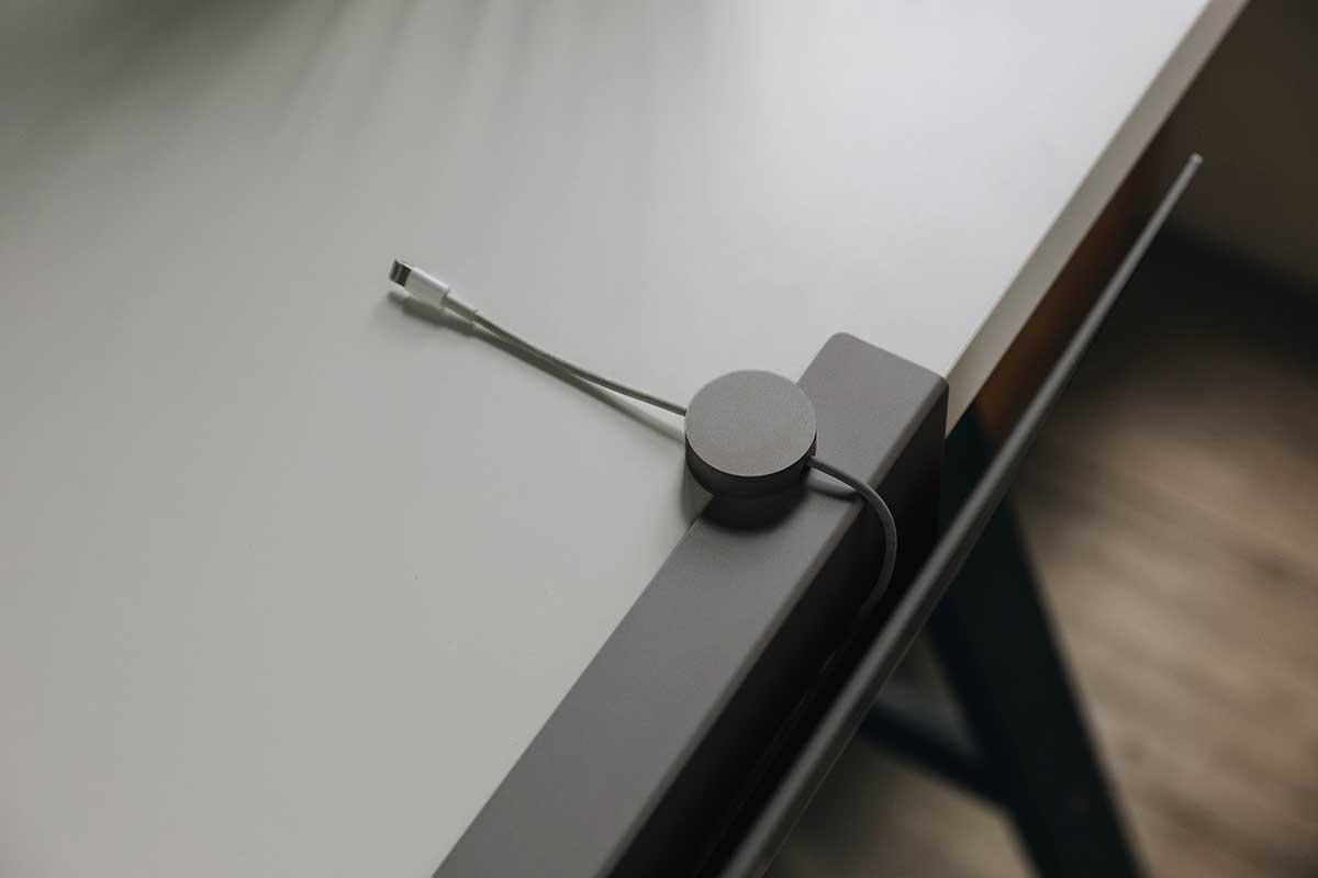 ワークスペースや書斎がスッキリ整理しやすい。デスクの書類を瞬時に片づけ、途中のタスクをすぐ再開できる「貼るデスクラック」|ZENLET The Rack(ゼンレット ザ ラック)