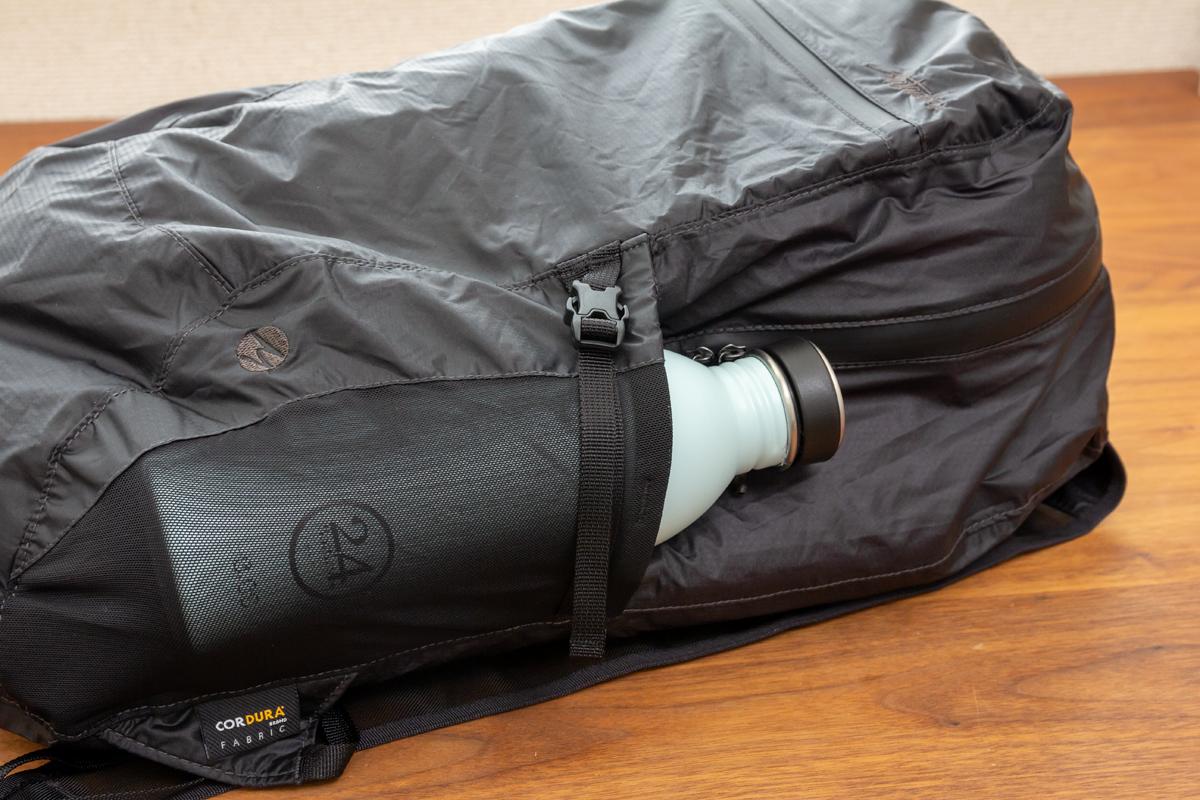 両サイドには太めのタンブラーや折り畳み傘がすっぽりと入るストレッチ性メッシュ素材の「伸びるポケット」付きのバックパック|Matador freefly16