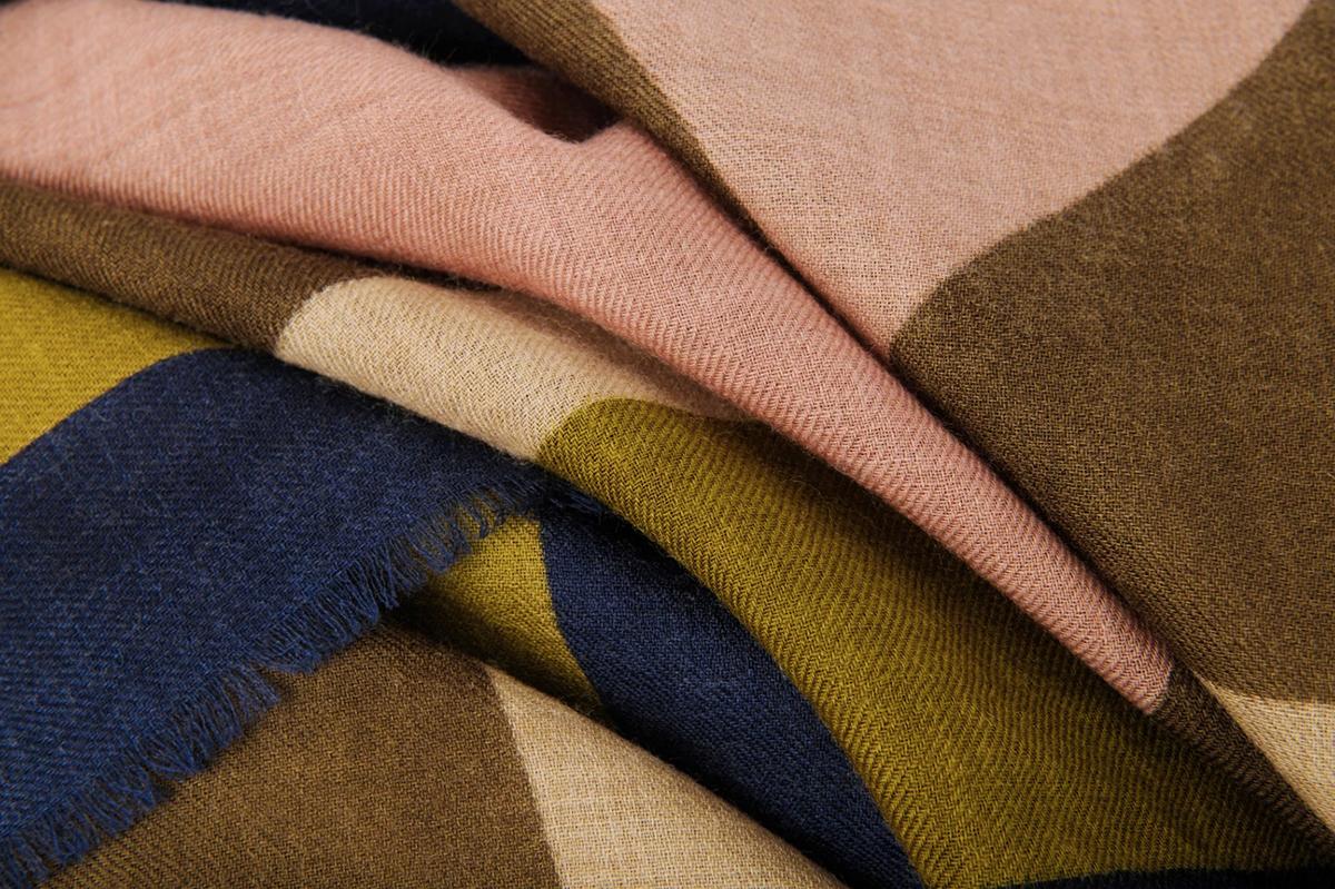 水玉とヘリンボーンの斬新な組合せ、大胆なリップ柄、鮮やかな幾何学模様。フランスらしい大人の配色で、いつもの服もグッと新鮮に見える「ストール・マフラー」|MOISMONT(モワモン)