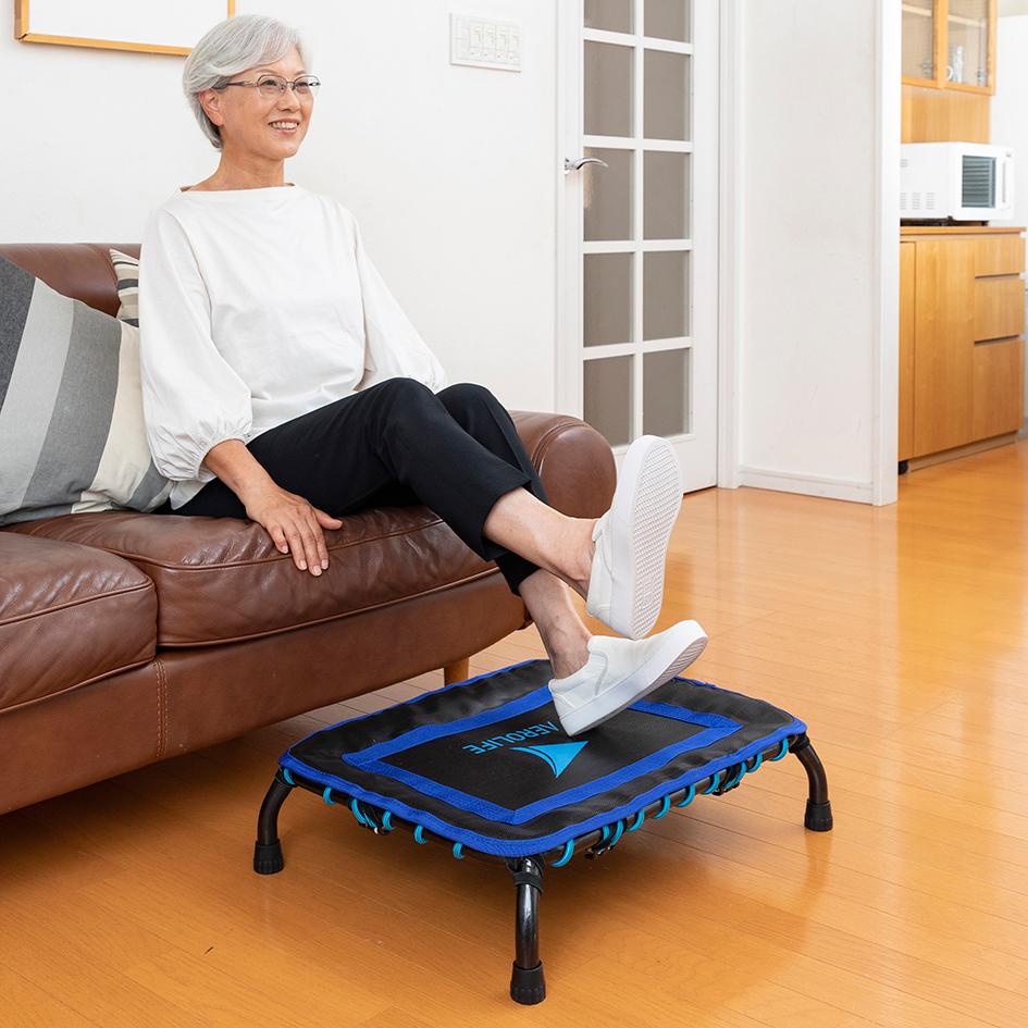 床への衝撃を吸収してくれるから、マンションや一軒家の2階でも、気兼ねなく跳べます。ミニサイズのトランポリン「ミニジャンパー」|AEROLIFE(エアロライフ)