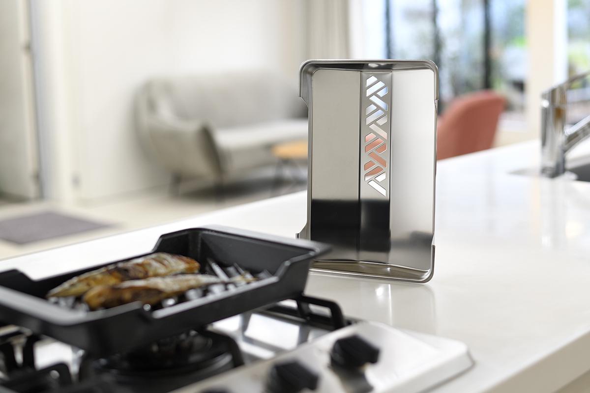 ステンレス製の「通気口つきのフタ」は、熱を反射するための鏡面仕上げ。金属加工の街、燕三条の職人技が光ります。|極厚炭グリルでパリッ、ふわっ、旨っ!コンロで手軽な「魚焼き器」|新潟・燕三条のオークス製の大人の焼魚 炭グリル