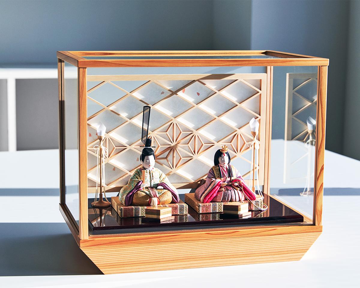 人形を飾る六角形の舞台がそのまま収納箱として使える「収納飾り」タイプ|柿沼東光(経済産業大臣認定伝統工芸士)× 大沼 敦(工業デザイナー)によるモダンな雛人形