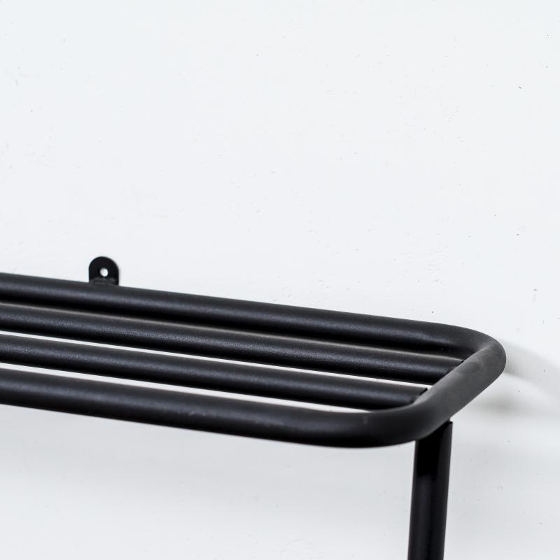 安全を考え抜いた「旅する家具」。奥行たった40cmに、コートもバッグも手袋も収納できる「立て掛け式ラック」|DUENDE WALL HANGER