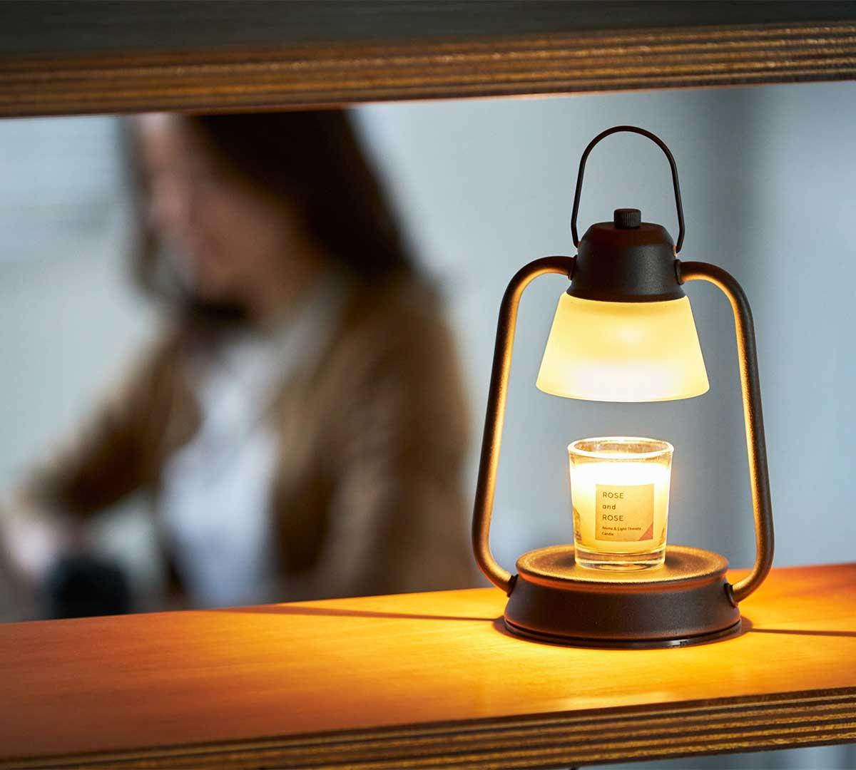 部屋ごといい香りに包まれます。火を使わずにアロマキャンドルを灯せて、明かりと香りも楽しめる卓上ライト「キャンドルウォーマーランプ」|kameyama candle house