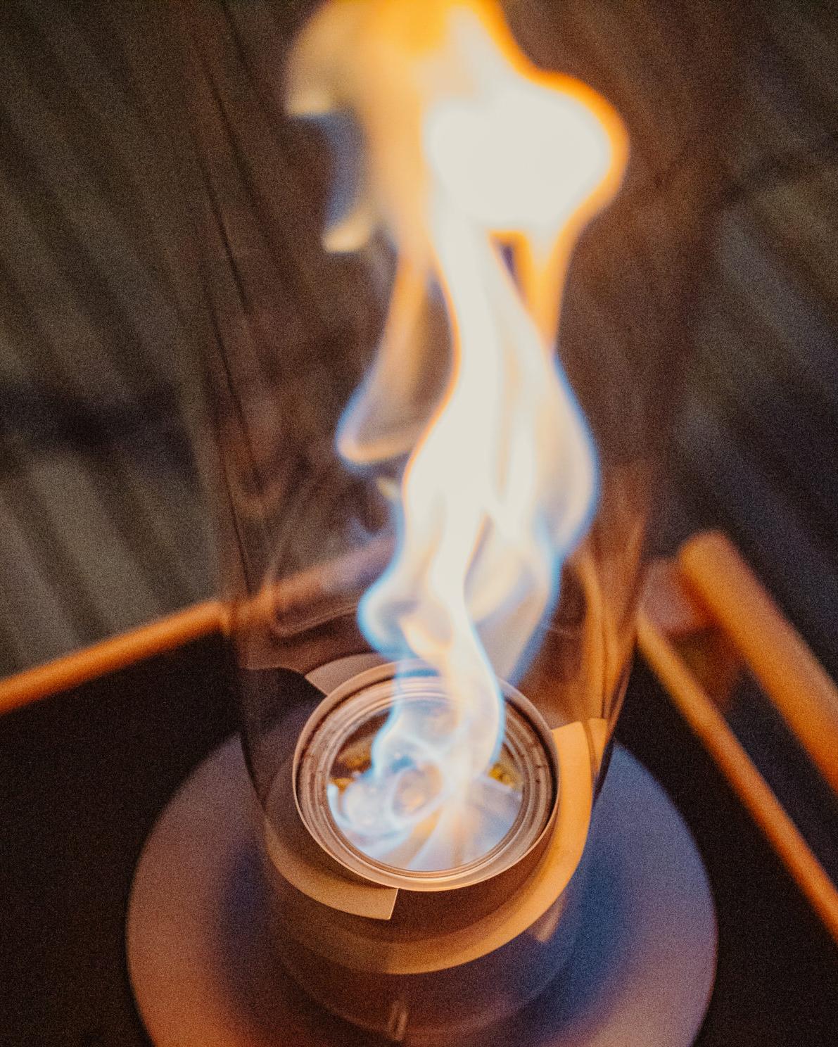 人にも環境にも優しい本品は、安心な「炎のある暮らし」を提案してくれます。煙突効果で炎が廻りながら上昇!煙が出にくい安全燃料の「テーブルランタン&ガーデントーチ」|Hofats SPIN(ホーファッツ スピン)