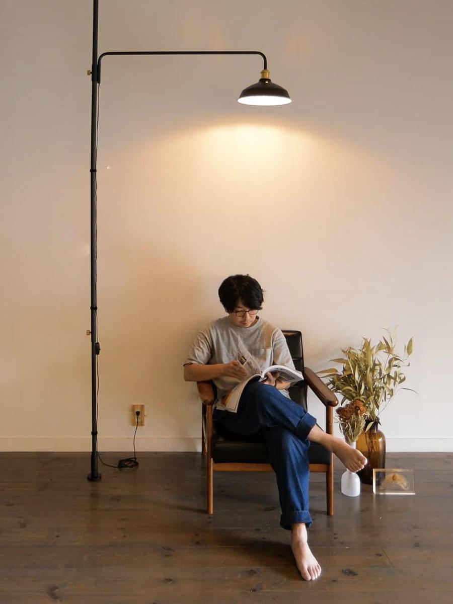 リビングやキッチン、ベッドルーム、どこでもプチ書斎がカンタンに出来る、照明とテーブルがセットできる「つっぱり棒」|DRAW A LINE ランプシリーズ