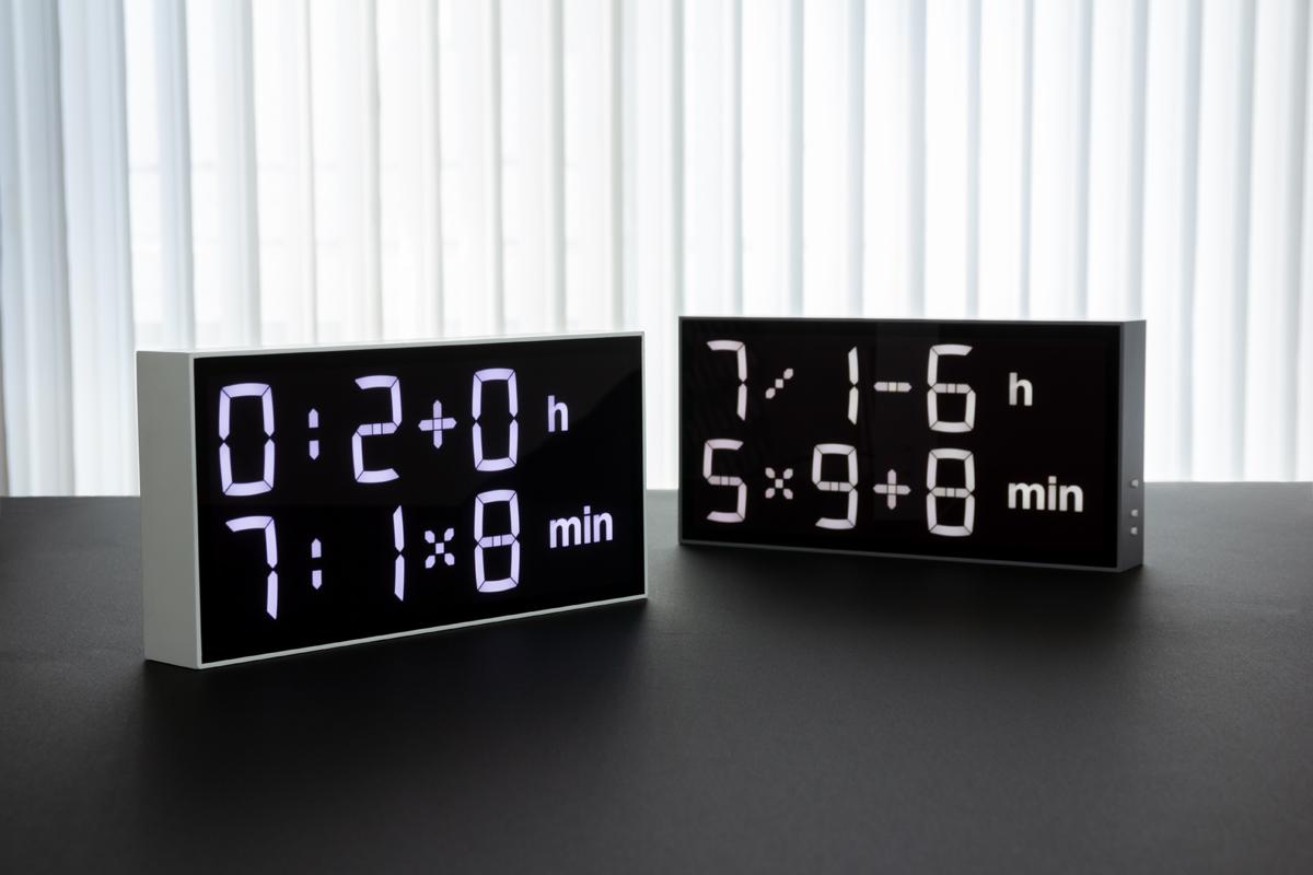 場や気分に合わせて、遊び方も広がる。難易度や表示速度を好みに合わせて変えられるデジタル置き時計 |Albert Clock