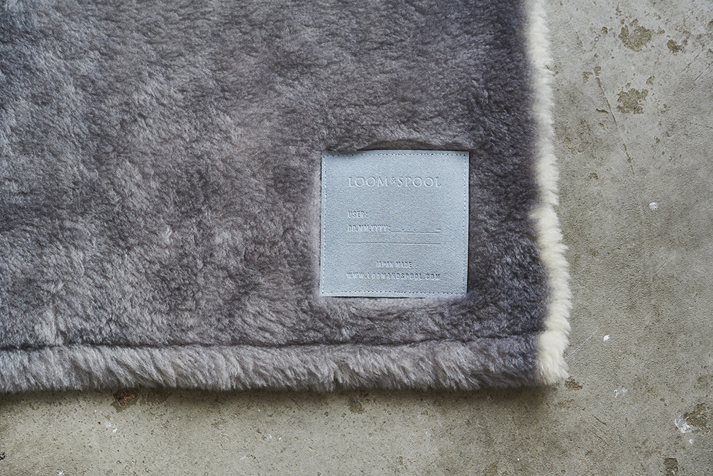 130年の歴史がある毛布のまち、大阪・泉大津製。癒しグレーが叶える、あったか快眠空間。ふんわり毛足2cmのメリノウールが気持ちいい!軽い掛け心地の「毛布」|SERENE