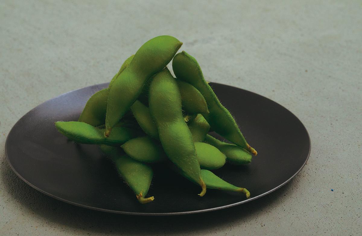黒い器に盛り付けた食材は、輪郭が強調され、前に押し出されて見えるから見栄えがよくなる。落としても割れない、黒染めステンレスの食器(お皿) KURO(96)クロ