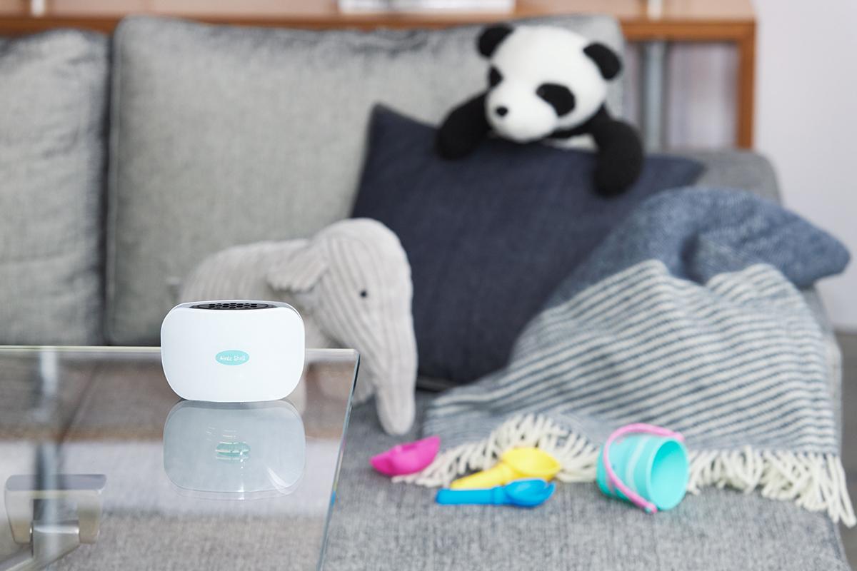 ゾンは、ソファやカーテンにしみついた臭いにも効く。ウイルス、菌、悪臭を分解。携帯型「オゾン発生器」|Airdz Shell(エアーズ シェル)