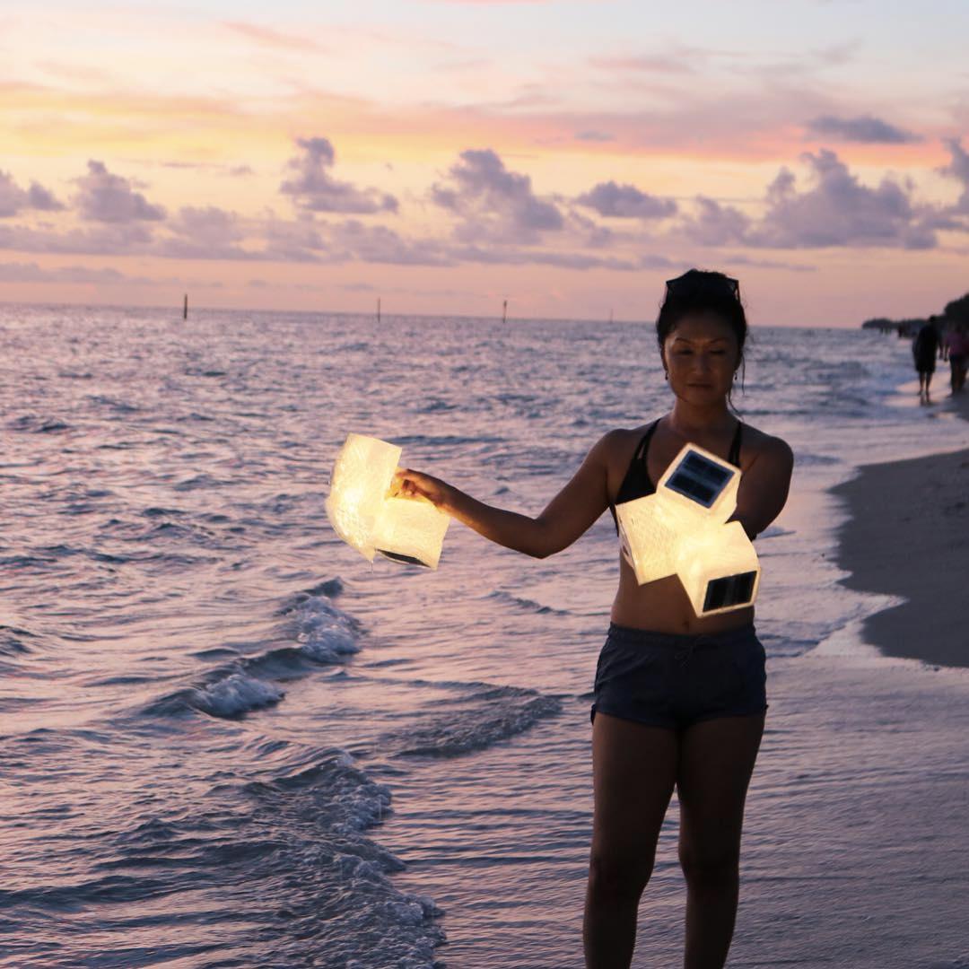 子供も高齢者も簡単にコンパクトに畳めるソーラー充電式の畳めるランタン型のライト|carry the sun(キャリー・ザ・サン)